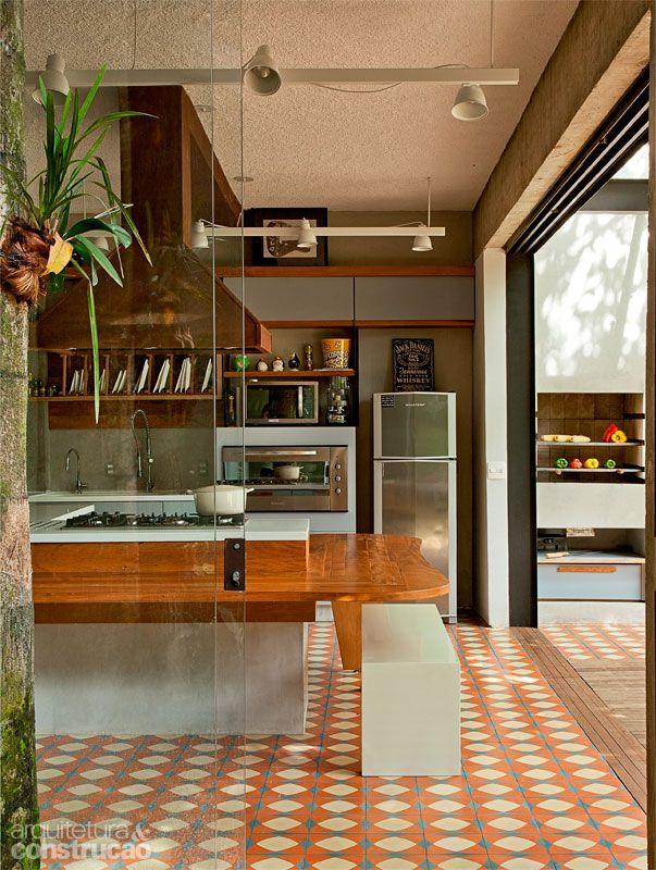 Reforma da área de lazer investe em cobertura metálica e teto de vidro - Casa