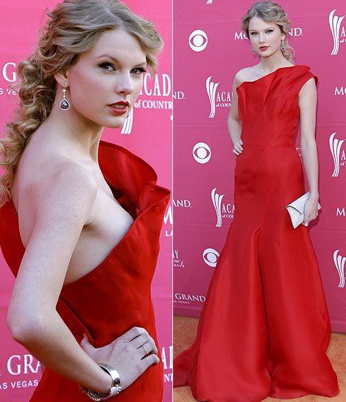 Taylor Swift, 'reina' de la música... y de la moda En la entrega de los Academy of Country Music Awards, Taylor Swift con vestido rojo con un solo hombro, de Ángel Sánchez , de primavera-verano 2009.