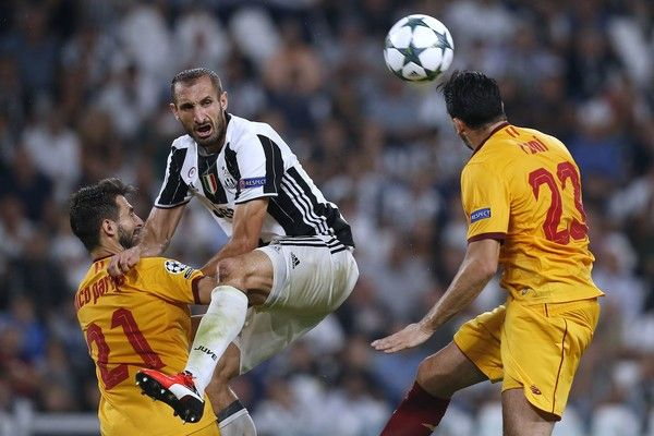 Juventus' Italian defender Giorgio Chiellini  (C) vies for  the ball with…