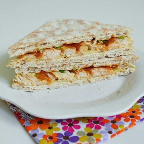 {Sandwich avec pain suédois, Leerdamer fumé, blanc de poulet, confit d'oignons & persil frais} ☆ IG: @all_healthyy