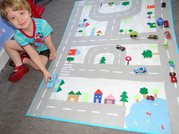 tapete pista de carros em feltro e algodão cru com pistas, casinhas, arvores, (cheio de detalhes) temos opções mais baratas sem tantos detalhes (entre em contato)