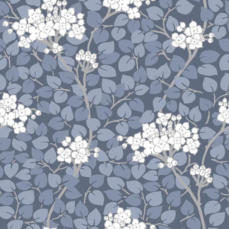 Tapet Grönska Blå Nyans Tradition tar avstamp i svensk tapetdesign med klassiska mönster och färger som passar i både nutid och dåtid. Grönska är inspirer