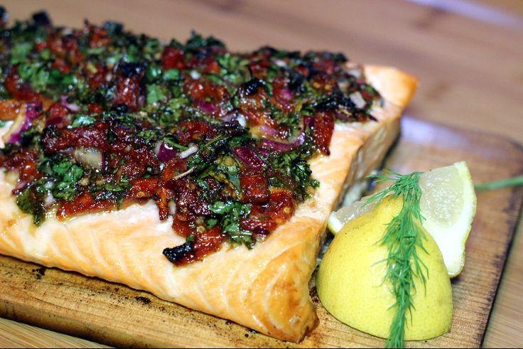 Saumon sur planche de cèdre | Recettes Gourmandes Saumon cuit sur planche de cèdre avec tomates séchées