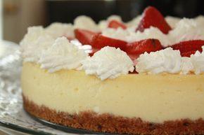 La clásica tarta de queso al horno con base de galleta pero en cuya masa hemos puesto una buena dosis de mascarpone y un poco de aroma de limón. Preparació