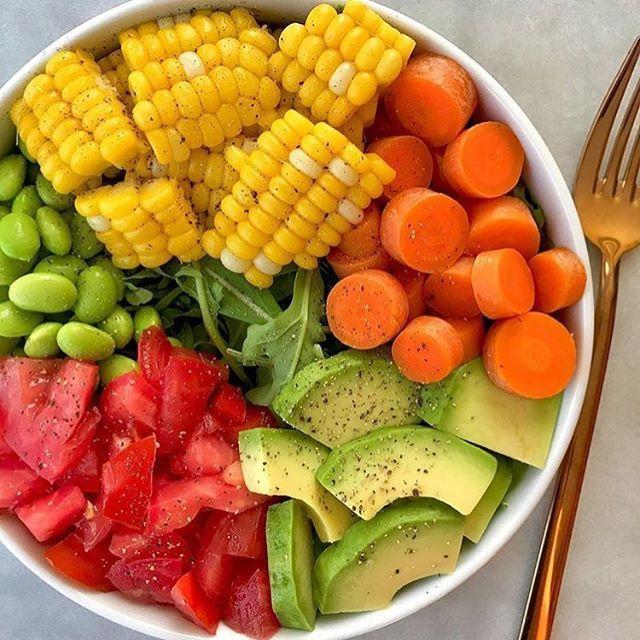 E tem inspiração pro almoço de Domingo também!  Prato super balanceado com tudo o que precisamos em uma refeição equilibrada. Carboidratos complexos (milho - substituindo o arroz) + proteínas vegetais (edemame - que pode ser substituído por ervilha, feijão, grão de bico) + gorduras (abacate) + salada crua (tomate, cenoura e folhas) + temperinhos para agregar muitos nutrientes e aumentar o potencial anti-inflamatório e antioxidante. CLARO que todos alimentos tem um pouquinho de cada…