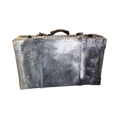"""Vecchia valigia in cartone pressato, dipinta  con pittura materica, colore grigio scuro, effetto bruciato. Pezzo unico, ideato e scenografato per la mostra """"Dracula e il mito dei vampiri"""", sezione """"La donna vamp"""" a cura di Giulia Mafai."""