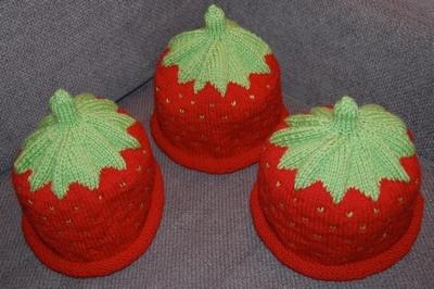 Lett oppskrift til strikket jordbærlue. (minegenlaga)