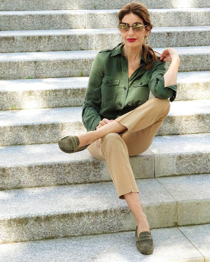 """1,676 Me gusta, 110 comentarios - Codigo Pilar (@codigopilar) en Instagram: """"Clásicos renovados, camisa + pantalón camel + slippers verdes by @charlestonshoeco_sansebastian .…"""""""