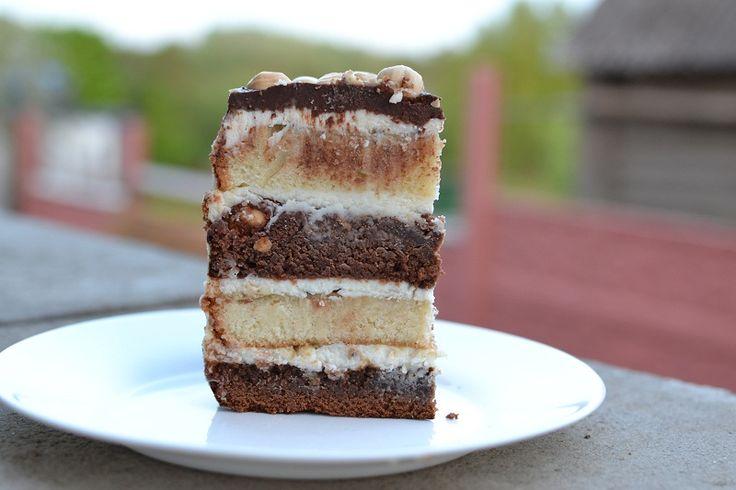 В осноке торта брауни на горьком шоколаде с фундуком, ореховый бисквит. Пропитка из пюрированных фруктов и крем на основе маскарпоне.