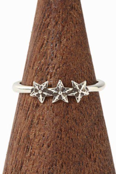 CH.Ring-Bubblegum 3 Star  CH.Ring-Bubblegum 3 Star 43200 CHROME HEARTSクロムハーツ バブルガムリング/3スターが入荷致しました 繊細で極細なデザインでブランドイメージを覆すかのような 斬新なリングです 細いアームとサイズダウンしたモチーフをセットしたデザインで 男女問わずお使いいただける逸品です 華奢なデザインになりますのでお手持ちの他のリングと 組み合わせて一緒に着けていただいてもオシャレ!! 画像のようにユニセックスにお使いいただけます また流行のファランジリングのように 指の第一関節と第二関節の間にはめていただくのもお勧めです HIROBではHIROB SOUTH NEWoMAN新宿店とHIROB札幌店 スタイルクルーズのみのお取り扱いとなっております 本国アメリカより買付けてきた商品です!! ご自身用として贈り物用として是非ご検討くださいませ サイズ5号 素材925シルバー 付属品当社発行の販売証明書 クロムハーツオリジナル本革製ポーチ 本品はBAYCREWS GROUP…
