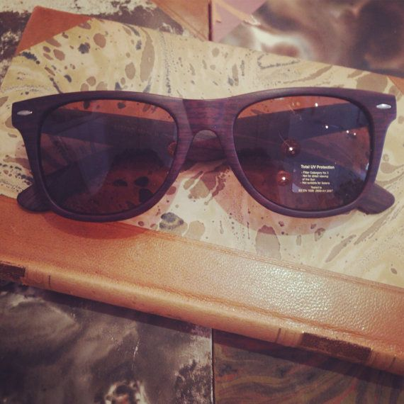 Retro sunglasses: Wayfarer model with brown wood by FamousApe
