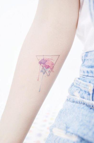 Un triángulo minimalista acompañado con la técnica de acuarela. | 21 Delicados tatuajes que vas a querer antes de que se acabe el 2016