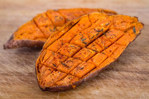 Préparation: 1. Préchauffez votre four à 180°.  2. Brossez les patates douces sous l'eau. Coupez les en deux, quadrillez la chair et mettez -les dans un plat allant au four.  3. D…