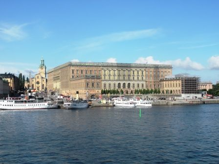 Il Palazzo Reale di Stoccolma è uno dei palazzi più grandi d'Europa, ed è stata la residenza ufficiale del Re di Svezia fino qualche decennio fa e conta oltre 600 stanze. Il Palazzo è ancora la sede istituzionale del capo dello stato svedese e qua che si incontrano i membri del governo e il Re oltre ad accogliere le visite ufficiali degli altri rappresentanti di Stato.