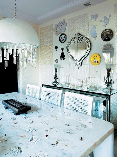 鏡やプレートを使った、壁を飾るアイディア