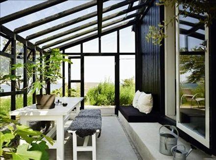 Det nya växthuset/uterummet är ritat av Lars Rosenberg och byggt av gotlandssnickaren och formgivaren Nike Karlsson. Hembyggt bord med kalkstensskiva, och fikonplantor i krukor av Carina Seth Andersson.