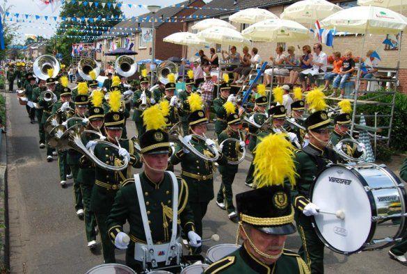 """Het Oud Limburgs Schuttersfeest (OLS) is een jaarlijks evenement waarbij zo'n 160 schutterijen uit Belgisch en Nederlands Limburg het tegen elkaar opnemen in een schietwedstrijd. Op zondag is er een grote optocht. De winnaar van de schietwedstrijd mag het evenement het jaar daarop organiseren. De reeks van winnaars gaat terug tot 1876. De winnaar van het OLS wint """"D'n Um"""". Het OLS trekt jaarlijks zo'n 75.000 bezoekers."""