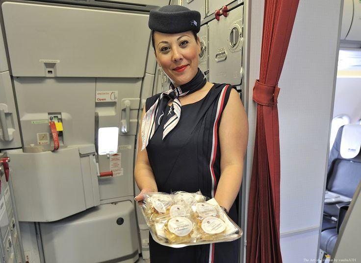 5. Στα αεροπλάνα της AEGEAN και της Olympic Air η ατμόσφαιρα είναι στο πνεύμα της γιορτής .Ανακοινώσεις από τους κυβερνήτες , κλήρωση σε ένα τυχερό επιβάτη ενός δωρεάν εισιτηρίου και η γλυκιά στιγμή της πτήσης προσφορά Κρητικών γλυκών (λυχναράκια ) από το πλήρωμα σε όλους τους επιβάτες της κάθε πτήσης.