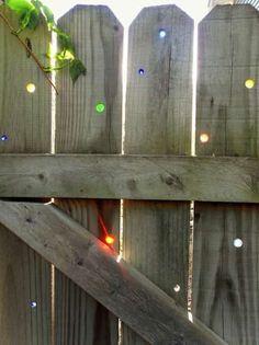 15 Idées Géniales et Pas Chères Pour le Jardin.  (Exemple: mettre des billes de couleurs dans les trous de la clôture)