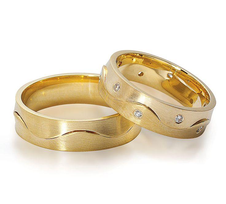 NURAN vielsesringe med flotte bølger, som går op i små forhøjninger hele vejen. Ringene fås både i guld og hvidguld, og dameringen har hele 10 brillanter isat <3 #nuran #vielsesringe #smykker