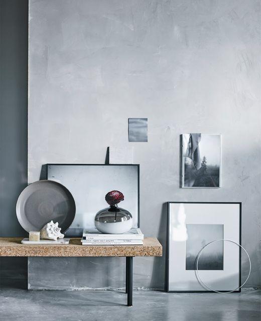 En samling svart-hvitt-fotografier mot en grå vegg