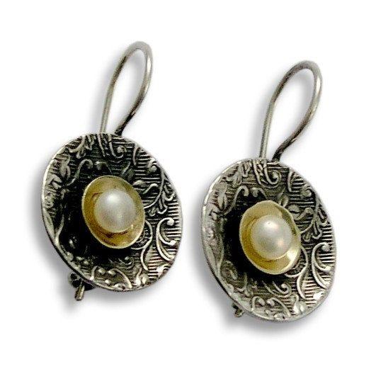 Aberglaube ~~~~~~~~~~~~~~~~~~ Dies ist einer unserer schönsten Ringe. Die Band wird oxidiert filigran hergestellt aus Sterlingsilber. An der Spitze hält eine gelbe goldene-Schüssel einen Süßwasser Perle innen liegend. R1206C. © 2011 Artisanimpact Inc. Alle Rechte vorbehalten.  Bau & Abmessungen ~~~~~~~~~~~~~~~~~~~~~~~ Sterling Silber, 10 k Gelbgold Süßwasser Perle. Ungefährer Breite: 14mm (0,55 in).  Wir können jeder Größe, auch Quartal Größen machen. Diese breiteren Band empfehlen wir.5 ...