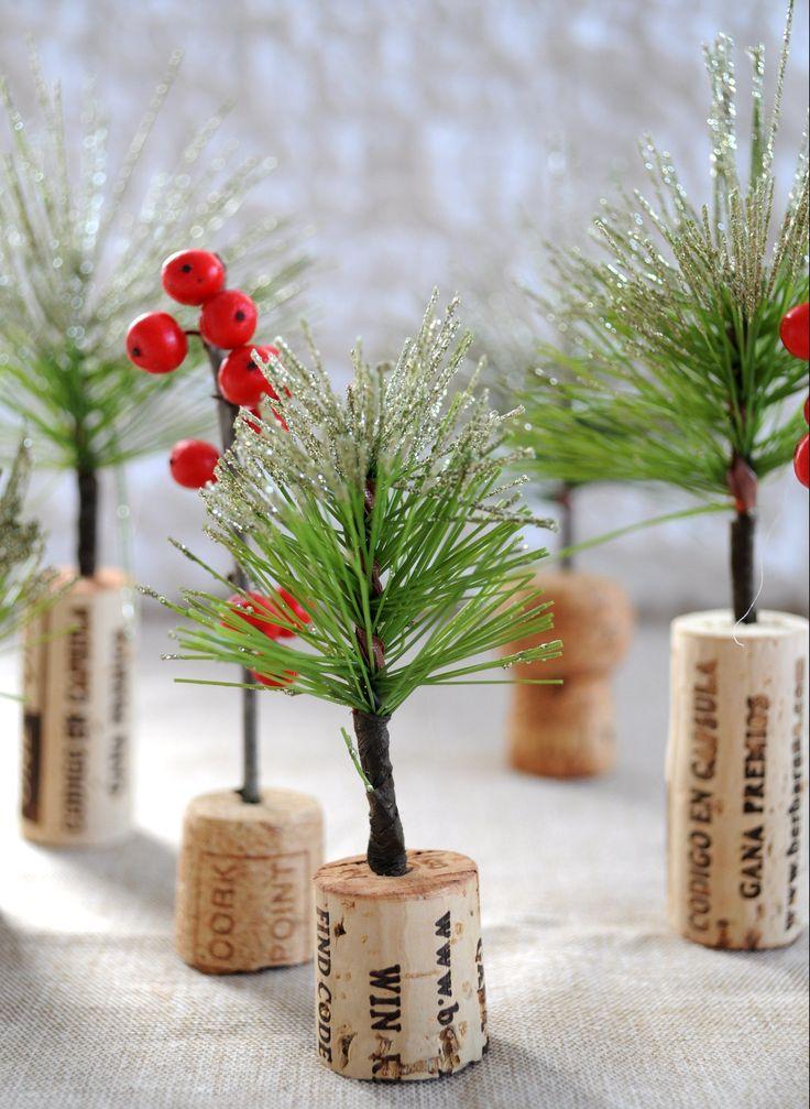 Kerst knutselen: zelf mini kerstboompjes maken van guirlande en kurk (van een wijnfles). Super leuk om met de kinderen te doen! Bekijk de DIY op www.christmaholic.nl.