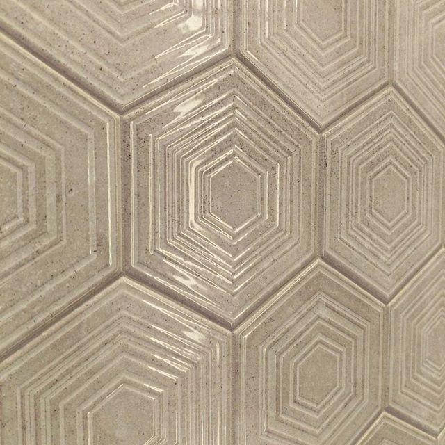 Dwa trendy w jednej płytce? Dlaczego nie! Jak podobają się Wam heksagonalne płytki strukturalne? :) #HOFF #salonhoff #kraków #ilovehoff #łazienka #łazienki #design #wystrojwnetrz #bathroom #bathroomdesign #ceramika #inspiracja #płytki #tiles #heksagon #heksagony #3D #płytki3D #strukturalne #beż #beże
