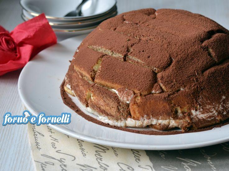 Lo zuccotto tiramisù è un dolce semplicissimo da preparare: è un tiramisù che si crede una torta, buono e ricco di tutto il sapore del caffè.