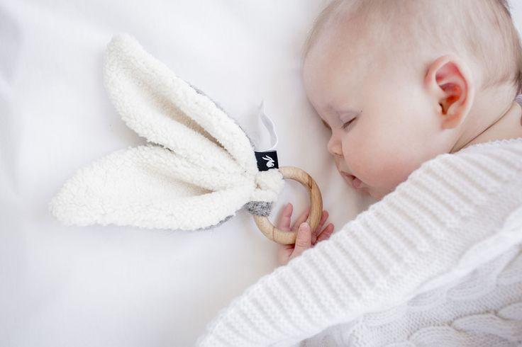 Als klein babytje wil je niet anders dan de wereld om je heen ontdekken. Met deze Mies & Co bijtring in Soft Grey kun je voelen aan de verschillende stofjes en lekker je tandjes zetten in de natuurlijke bijtring. Tegen heel wat doorkomende tandjes bestand!