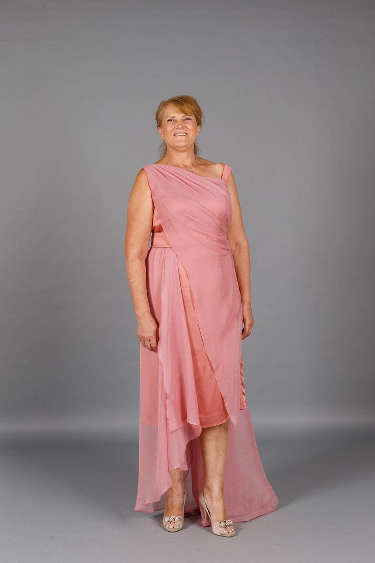 Rochia lunga de seara Pink Hera este realizata din voal si satin roz prafuit…