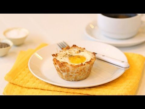 Reszelt krumplit tett a muffin formába, majd megtöltötte finomságokkal. Mennyei étel lett belőle!
