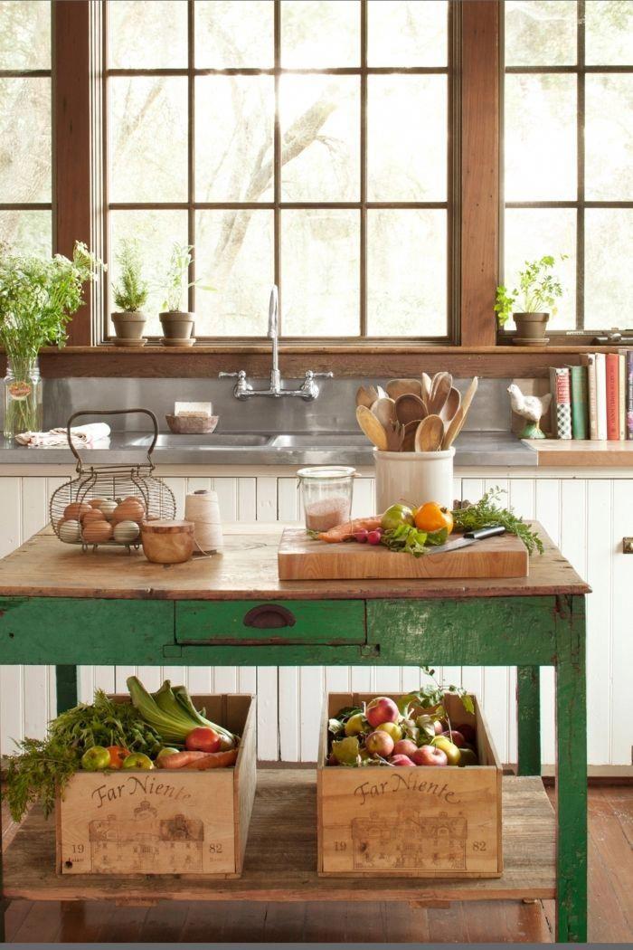 cocina pequeña, mesa vintage verde, ventana grande de madera ...