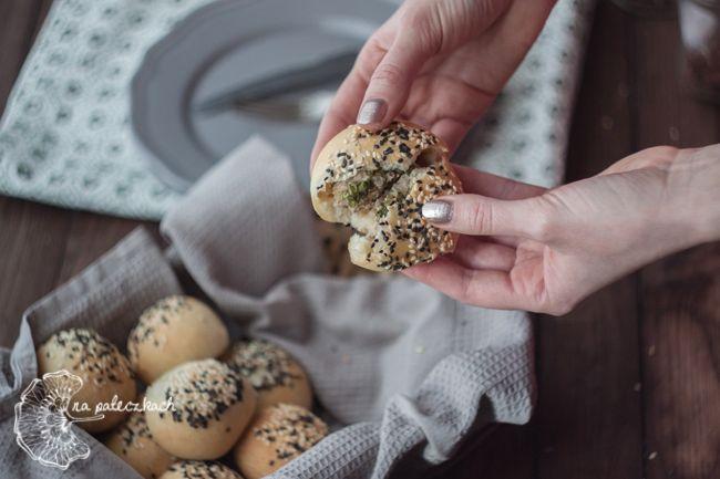 Polecamy hu jiao bing (胡椒餅) czyli bułeczki z nadzieniem mięsnym wszystkim fanom pieprzu - do ich wnętrza wędrują aż trzy jego rodzaje :) Przepis na www.napaleczkach.pl | kuchnia tajwańska