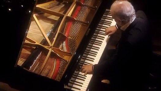 Maître de toutes choses Beethoven avec  Daniel Barenboim respire une nouvelle vie dans le Pathetique Sonata. Avec une rare combinaison de prouesses artistiques et de la connaissance savante, Barenboim démontre une compréhension profonde de cette musique qui peut être simultanément apprécié tant au niveau cérébral et sensuel. I. Grave - Allegro di molto e con brio 00:19 II. Adagio cantabile 9:46, III. Rondo: Allegro 15:11