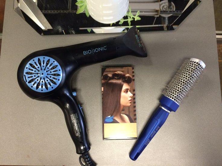 """Ci sono pieghe e pieghe: ci sono le pieghe fatte con strumenti """"da spender poco"""" che durano poco e tendono a rovinare i capelli. E poi c'è la Piega Benessere fatta con gli strumenti Bio Ionic, come le spazzole idratanti Blue Wave e il phon condizionante WhisperLight, un soffio di benessere per i capelli che permette alla piega di durare fino a 2 giorni in più."""