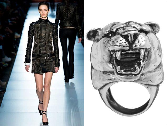 Da sinistra: Diesel Black Gold, abito in pelle nera decorato interamente da borchie con cintura in vita; Giovanni Raspini, anello a forma di leopardo Imaxtree  6/23