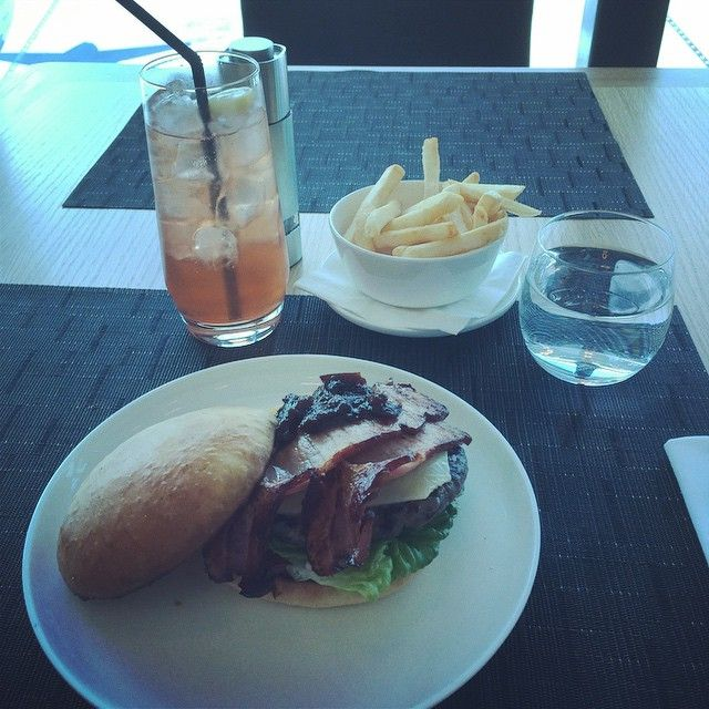 @bradles76: Qantas First Class Lounge - Melbourne International Airport This should keep me going for a while! #qantas #beefburger