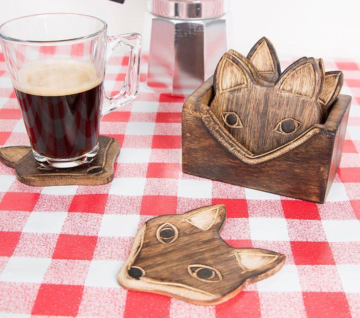 Onderzetters Vosjes - We houden van vosjes! Deze lieve (recycled mango) houten onderzetters zitten in een set van 6. De details zoals neus, ogen en de oren zijn uit het hout gesneden, een super toevoeging voor aan de koffietafel. Leuk voor jezelf maar ook om cadeau te geven!    Afmetingen: 12x6x1cm