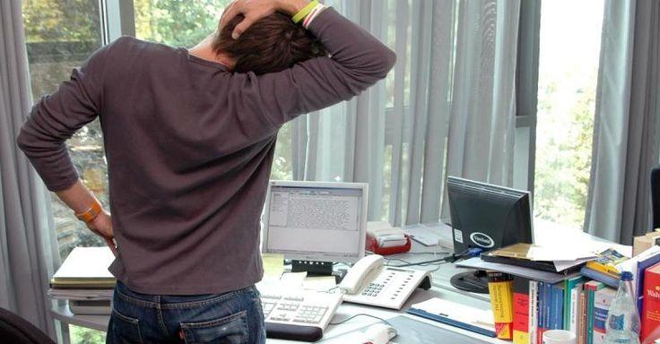 Im Büro, an der Kasse oder beim Busfahren – ein Großteil der Deutschen arbeitet im Sitzen. Das stellt eine enorme Belastung für den Rücken dar. FOCUS-Online-Experte Dietrich Grönemeyer zeigt Ihnen einfache Übungen, die dagegen helfen.