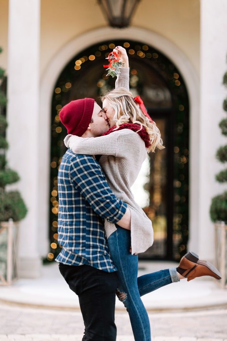 Blogger Bride Livvyland on how to get the perfect Mistletoe selfie this holiday photo! Photography: Kayla Asnell - http://www.kaylasnell.com/