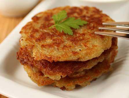 Драники с кабачком =картофель — 250 г кабачок — 250 г лук репчатый — 1 шт. 1 яйцо 100 г муки с разрыхлителем соль, перец чёрный молотый растительное масло для жарки — 20 мл =Кабачки, лук и очищенный картофель нарезать на кубики и измельчить в блендере. Добавить муку с разрыхлителем, яйцо, соль, чёрный перец. Можно, как обычно, пожарить на сковороде.