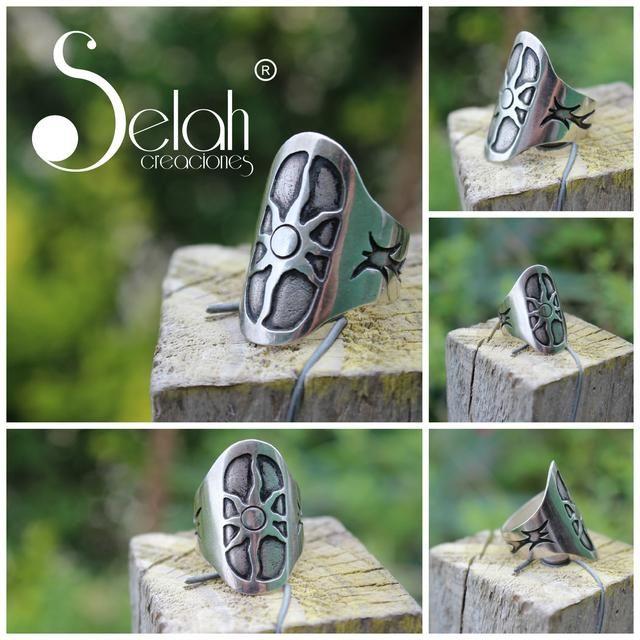 Anillo de plata con detalles envejecidos, diseño exclusivo . Chile <3 Fan Page <3 Facebook <3 Twitter <3 Flickr <3 selah.creaciones@gmail.com