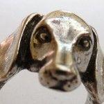 Anel rústico de prata capta expressão do cachorro Dachshund