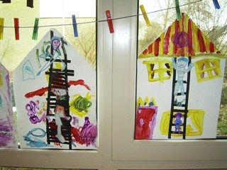 A3 papier. Dak van het huis vouwen. Ladder knippen van stroken zwart papier. Daarna Floddertje, de schilder en de verf erop verven.