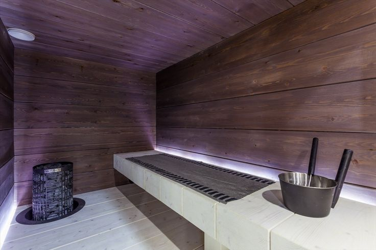 Massiivilankkua modernissa saunassa