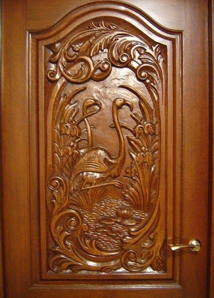 При украшении двери может использоваться один вид резьбы