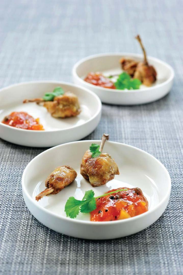 Gerookte kwartelboutjes met mangochutney http://njam.tv/recepten/gerookte-kwartelboutjes-met-mangochutney