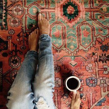 キリムのある部屋では、床に座りたくなります。遊牧民族も日本人も、同じ「床に座る文化」を共有しているから、キリムは私達の生活スタイルにも馴染むのです。