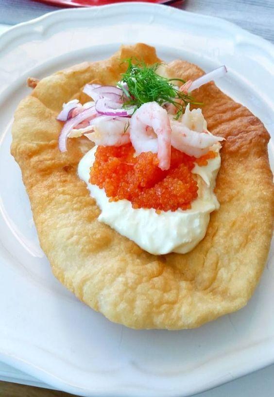 Langos är en typisk festivalrätt! Man kan variera toppingen efter smak och tycke.